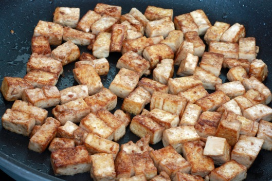 Let's first prepare that tofu. Drain the tofu and cut it up in 1/2 ...